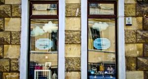 Colantari vitrine cu folii autoadezive