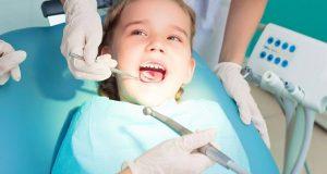 Un zambet alb, stralucitor, cu dinti drepti si frumosi cu ajutorul unui aparat ortodontic copii