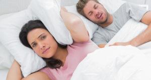 Sforăitul este dușmanul tău din dormitor? Iată cum să scapi de el