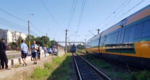 Loviți de tren, două persoane au suferit grav